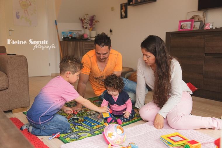 Kleine-Spruit-Fotografie-lifestyle-fotosessie-fotoshoot-gezin-kind-baby-thuis-daglichts-fotograaf-Leiden-Zuid-Holland-24