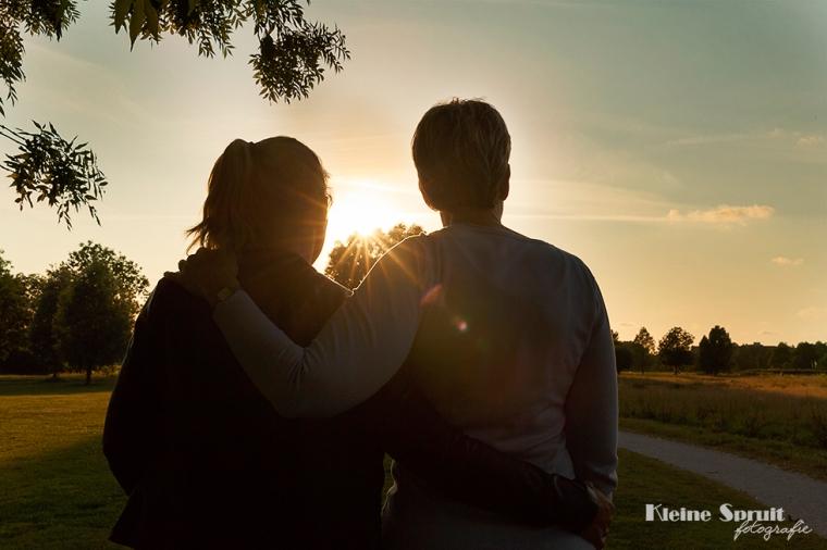Kleine-Spruit-Fotografie-fotograaf-Leiden-Zuid-Holland-daglicht-park-Cronesteyn-golden-hour-zon-moeder-dochter-fotoshoot-fotosessie-11