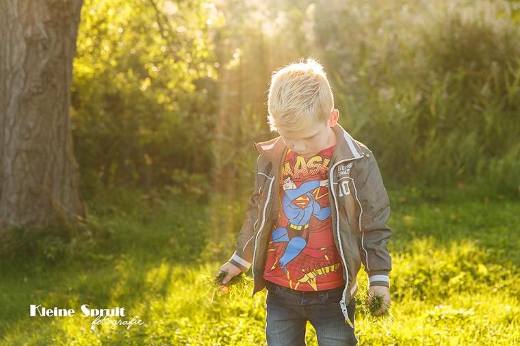 Kleine-Spruit-Fotografie-fotograaf-Leiden-Zuid-Holland-daglicht-Park-Matilo-avondzon-plekjes-spotten-voor-familiefotosessie-2